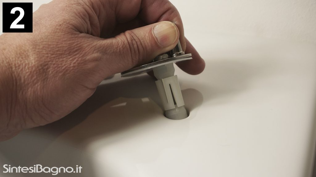 Sequenza montaggio copriwater con tassello ad espansione